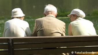 Senioren auf einer Parkbank (Foto: Fotolia)