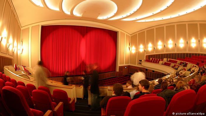 Besucher in einem Kinosaal