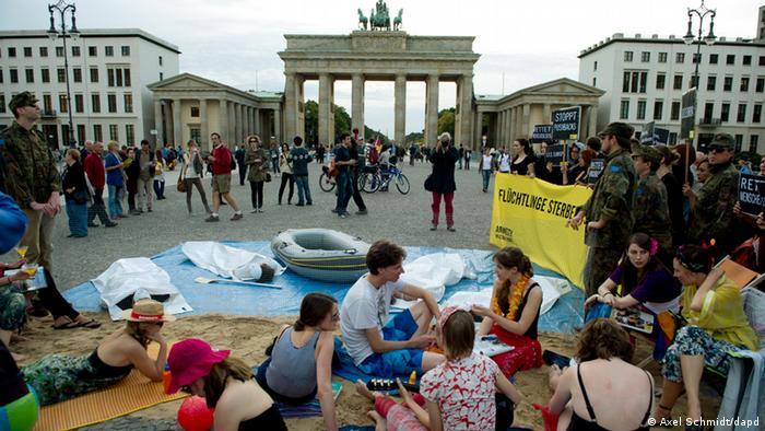 Protesta de activistas de Amnistía Internacional Alemania en Berlín, contra la deficiente prestación de socorro a los refugiados.