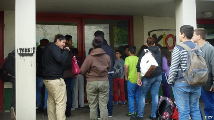 Pausenkiosk an der Anne Frank Schule in Mettmann Pause Kiosk Schule Schüler Pausenhof Bildung Ernährung (DW)