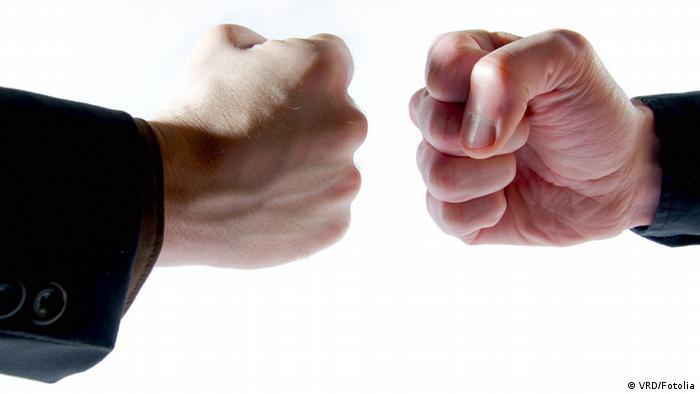 Два кулака движутся навстречу друг другу