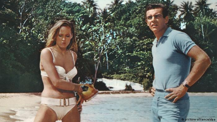 James Bond / Sean Connery am Strand mit Ursula Andress im Bikini