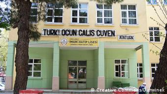 Όλο και περισσότερα δημόσια σχολεία μετατρέπονται σε Imam Hatip, σχολεία στα οποία διδάσκουν και εκπαιδεύονται ιμάμηδες