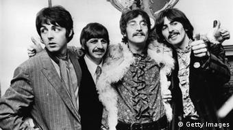 die Beatles 1967, vlnr: Paul (schaut aus dem Bild), Ringo, John und George lächeln