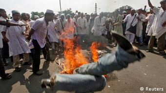 Muslime vor brennenden Autoreifen in Kalkutta bei Protesten gegen das umstrittene Mohammed-Video Foto: REUTERS/Rupak De Chowdhuri (INDIA - Tags: CIVIL UNREST RELIGION POLITICS)