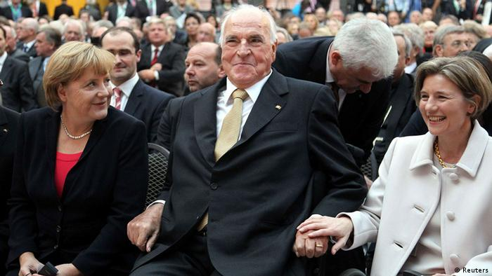 German former Chancellor Helmut Kohl, his wife Maike Richter-Kohl (R) and German Chancellor Angela Merkel arrive for a reception in Berlin, September 27, 2012. REUTERS/Wolfgang Kumm/Pool (GERMANY - Tags: POLITICS)