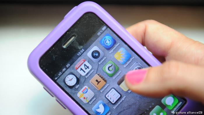 Woman using a smartphone with a lilac case Photo: Jens Kalaene dpa/lbn