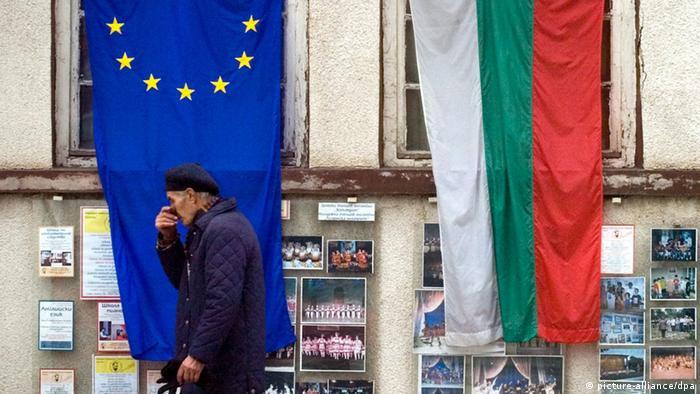 Знамињата на ЕУ и Бугарија на зграда во Софија
