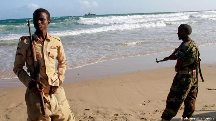 epa03380432 A photograph dated 01 September 2012 and made available on 02 September 2012 shows Somali government soldiers standing guard at a beach in Marka, Somalia. African Union forces said the troops seized the port town of Marka from al-Shabab on 27 August 2012. The loss of Marka, some 80km south of the capital Mogadishu, is another blow for al-Shabab and leaves the militants in control of two more ports in southern Somalia, Kismayo and Barawe. EPA/ELYAS AHMED +++(c) dpa - Bildfunk+++