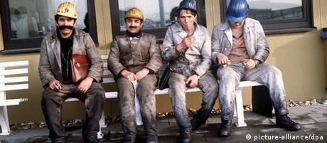 Bergarbeiter mit Schutzhelmen nach einer Schicht