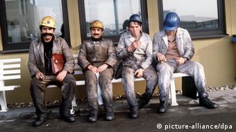 Gastarbeiter aus der Türkei sitzen nach ihrer Schicht auf einer Bank auf dem Gelände der Zeche Neu-Monopol in Bergkamen im Kreis Unna. (Undatiert).