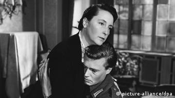 Dorothea Wieck und Karlheinz Böhm in einer Szene aus dem Film Unternehmen Schlafsack (1955)