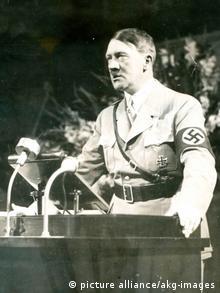 Adolf Hitler vor einem Mikrofon