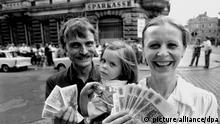 Diese Dresdner Familie tauschte am 01.07.1990 in einer Sparkasse in Dresden Ostmark gegen 2000 D-Mark. Am 01. Juli 1990 trat die Währungsunion zwischen der Bundesrepublik Deutschland und der DDR in Kraft. Foto: Ulrich Hässler +++(c) dpa - Report+++
