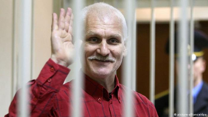 Алесь Беляцкий во время судебного процесса в 2011 году