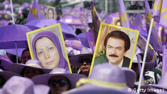 Protest der Volksmudschahedin in Paris (Foto: A man holds placards featuring Iranian opposition group People's Mujahedeen's leader in exile Maryam Radjavi (L) and her disapperead husband and predecessor Massoud Radjavi during a rally organized by the National Council of Resistance of Iran on June 26, 2010 in Taverny, outside Paris. Iranians call for a tougher policy in Iran. AFP PHOTO ALEXANDER KLEIN (Photo: ALEXANDER KLEIN/AFP/Getty Images)