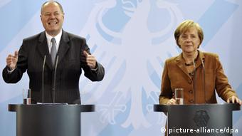 Steinbrück and Merkel at a press conference in 2009 Photo: Hannibal dpa/lbn +++(c) dpa - Bildfunk+++