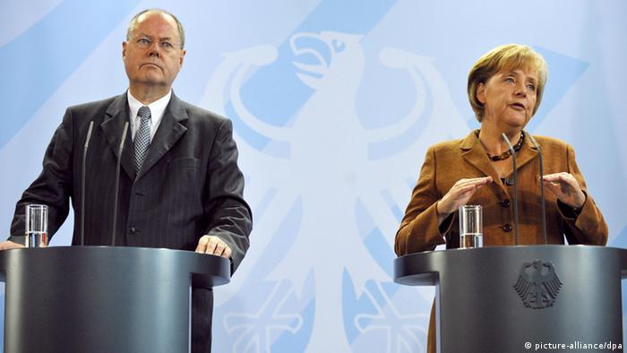 Bundeskanzlerin Angela Merkel (CDU) und Bundesfinanzminister Peer Steinbrück (SPD) geben am Donnerstag (24.09.2009) im Bundeskanzleramt in Berlin eine Pressekonferenz vor dem Abflug zum G20-Gipfel im amerikanischen Pittsburgh. Sie wollen sich bei dem Gipfel kurz vor der Bundestagswahl vor allem für die Verabschiedung von Richtlinien für die Vergütung der Bankmanager und schärfere Regeln zur Eigenkapital-Ausstattung der Finanzinstitute einsetzen. Im Vorfeld des Treffens war unklar, ob die USA und Großbritannien hier voll mitziehen. Foto: Hannibal dpa/lbn +++(c) dpa - Bildfunk+++
