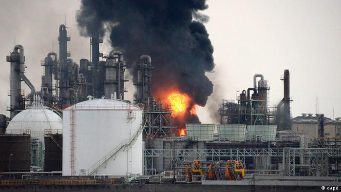 Black smoke rises from burning flames at a Nippon Shokubai Co. chemical plant in the coastal industrial area of Himeji (Foto:Kyodo News/AP/dapd) JAPAN OUT, MANDATORY CREDIT, NO LICENSING IN CHINA, FRANCE, HONG KONG, JAPAN AND SOUTH KOREA