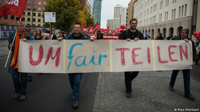 Demonstranten mit Banner (Foto: dapd)