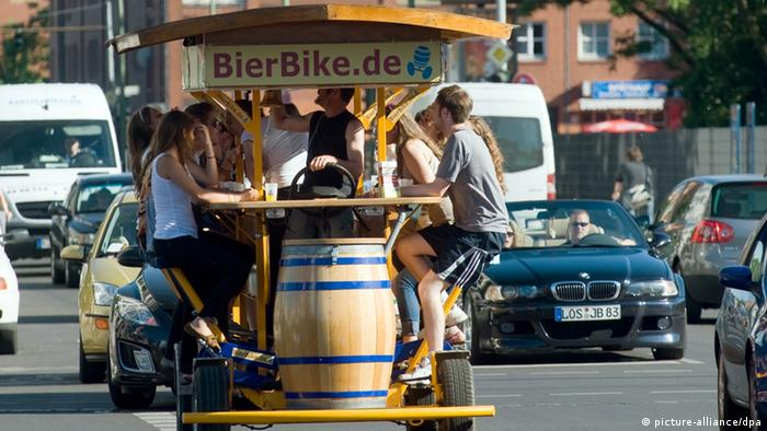 A beer bike (picture-alliance/dpa)