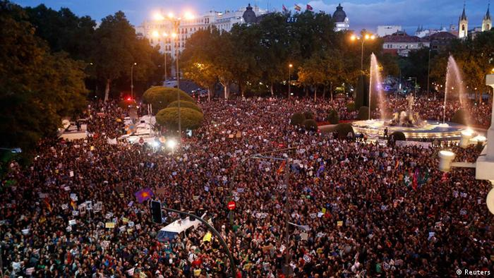 Protestors shout slogans as they fill up Neptuno Square during a demonstration against government austerity measures in Madrid September 29, 2012. REUTERS/Sergio Perez (SPAIN - Tags: POLITICS CIVIL UNREST BUSINESS)