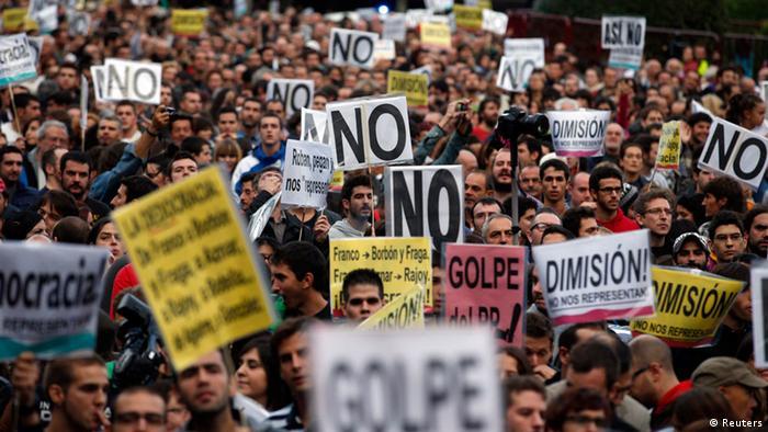 Los manifestantes pidieron la dimisión del gobierno de Mariano Rajoy, la disolución del Parlamento y un nuevo proceso constituyente.