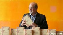 Der britisch-indische Autor Salman Rushdie stellt seine Autobiografie in Berlin vor. Copyright: DW/H. Kiesel