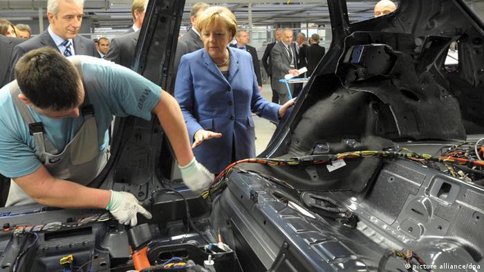 Ангела Меркель на заводе BMW в Лейпциге, на линии по производству электромобилей