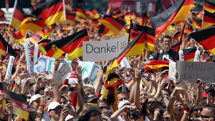 Место встречи Сегодня Бранденбургские ворота являются не только популярной достопримечательностью, но и местом для концертов, праздников, демонстраций. В 2006 году во время проходившего в Германии мирового футбольного первенства перед ними впервые устроили так называемую милю для фанатов - многодневный праздник болельщиков с прямыми трансляциями матчей на гигантских экранах.