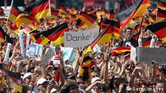 Fans schwenken Deutschlandflaggen bei Fußball-WM 2006 (Foto: Getty Images)