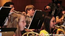 Zwei Musikerinnen spielen Horn bei der Probe vor dem Workshop-Konzert in der Beethovenhalle, wo das Youth Orchestra of Caracas mit Schülern des Bonner Schülerorchester zusammentraf. Coypright: DW/M. Santacecilia