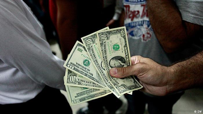 رسانههای ایران از کنترلناپذیری بازار ارز میگویند. برخی هم از تعیین قیمت دلار در خارج از مرزهای کشور خبر میدهند