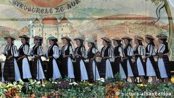 Golden Grape Foklore Rumänische Folklor-Tänzer (EPA/MIRCEA ROSCA)