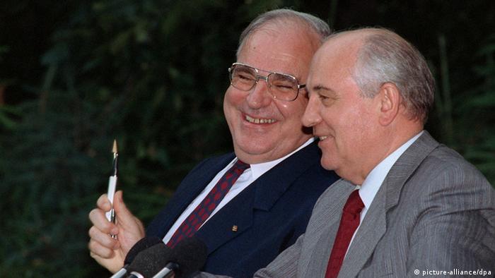 Der deutsche Bundeskanzler Helmut Kohl (CDU) und der sowjetische Präsident Michail Gorbatschow am 5.7.1991 bei einer Pressekonferenz in Gorbatschow's Sommerresidenz in Meschegorje bei Kiew.