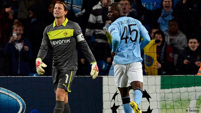 Borussia Dortmund's goalkeeper Roman Weidenfeller (L) reacts after failing to save a penalty kick from Manchester City's Mario Balotelli (Photo: Reuters)