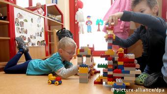 Zwei Kinder spielen im Kindergarten mit Bauklötzen (Foto: dpa)