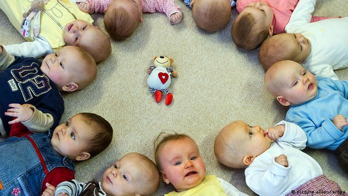 ARCHIV - Babys liegen in einer Kita in Frankfurt (Oder) nebeneinander auf dem Rücken, aufgenommen am 16.11.2010. In knapp einem Jahr tritt der Rechtsanspruch auf einen Krippenplatz für Kinder unter drei Jahren in Kraft. Die Kommunen in NRW sehen sich überfordert.Sie fordern eine Notfallklausel. Foto: Patrick Pleul dpa/lnw +++(c) dpa - Bildfunk+++