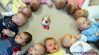 Babys liegen in einer Kita in Frankfurt (Oder) nebeneinander auf dem Rücken. (Foto: dpa)