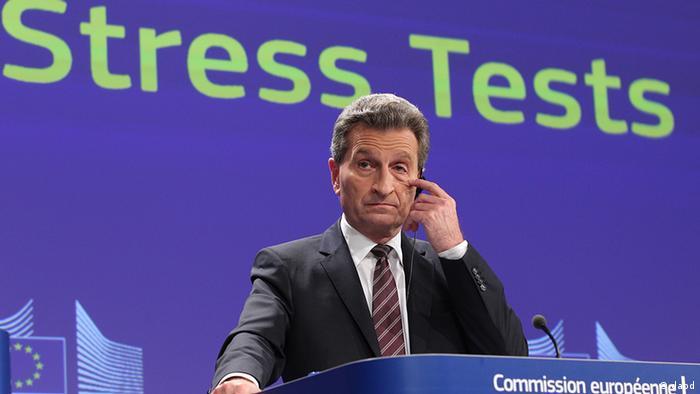 Oettinger spricht vor Wand mit der Aufschrift Stresstests (Foto: dapd)