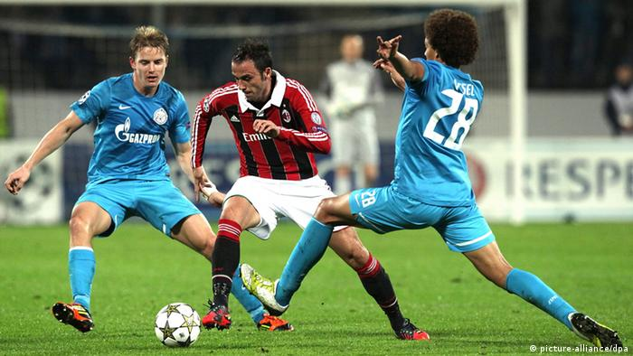 epa03420101 Tomas Hubocan (L), Axel Witsel (R) of Zenit St.Petersburg vie for the ball with Giampaolo Pazzini (C) of AC Milan during the UEFA Champions League group C soccer match between Zenit St.Petersburg and AC Milan in St.Petersburg, Russia, 03 October 2012. EPA/ANATOLY MALTSEV