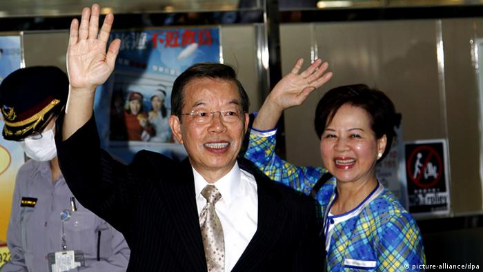 epa03420433 Former Taiwan premier and former opposition Democratic Progressive Party (DPP) chairman, Frank Hsieh (C) and his wife Yu Fang-chih (R) wave to reporters at the Taoyuan International Airport in Taipei, Taiwan, 04 October 2012 before flying to Xiamen and Beijing, China, to attend an international bartending contest. This is an ice-breaking trip for the DPP because DPP advocates Taiwan independence and its past and current leaders have refused to make contact with China, which sees Taiwan as its break-away province. EPA/DAVID CHANG