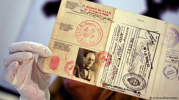 Gefälschter Pass von Adolf Eichmann (Foto: dpa)