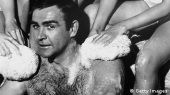 James Bond bei Dreharbeiten von You Only Live Twice - er wird von mehreren Frauenhänden eingeseift (Foto: Len Trievnor/Getty Images)