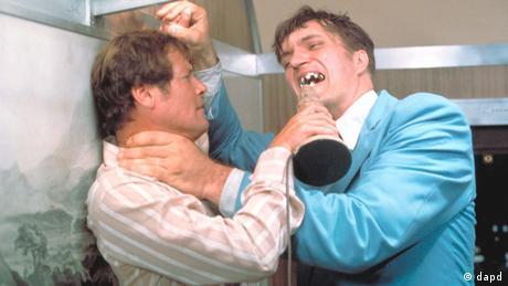 Roger Moore in einer Kampfszene mit Richard Kiel in Der Spion, der mich liebte (1977) (dapd)