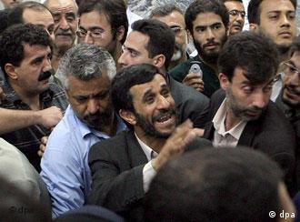 يظهر الفيلم كيف يسيطر الرئيس الإيراني على الرأي العام بدعم من وسائل الإعلام الإيرانية المحلية