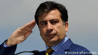 Михаил Саакашвили держит руку под козырек (фото из архива)