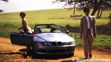 James Bond-Fans werden sich die Augen reiben: Im neuen Film Golden Eye entsteigen Agent 007 alias Pierce Brosnan und Isabella Scorupco einem BMW Z3-Roadster. In früheren Filmen pflegte er nationalpatriotisch britische Luxuswagen wie Aston Martin oder Lotus Esprit (mitunter zu Bruch) zu fahren. (COLORplus)