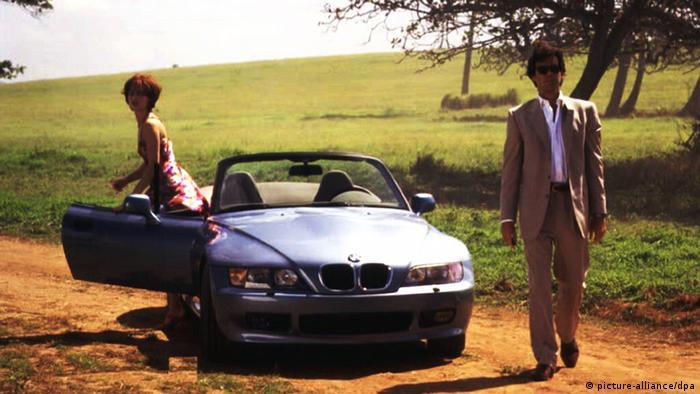 Моделът Z3 на БМВ излиза на пазара през 1995 година - и бързо се превръща в звезда. Причината: във филма Златното око Джеймс Бонд кара точно този модел, макар и само в две кратки сцени. Агент 007 кара модели на БМВ и в два следващи епизода на шпионската поредица, но друг автомобил е неговата запазена марка.