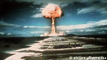 Ein Atompilz steigt nach der Explosion einer Atombombe 1971 über der französischen Pazifikinsel Mururoa in die Höhe. Die mehrmonatige Kernwaffenversuchsreihe im Jahr 1971, die am 5. Juni begann, umfaßte neben der Zündung einer taktischen Atombombe Versuche mit Wasserstoffbomben und Sprengkörpern von geringer Stärke.